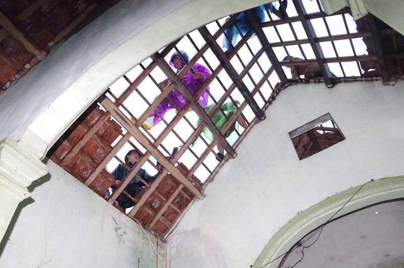 Hà Tĩnh: Lốc xoáy thổi tốc mái hàng chục nhà dân - Ảnh 2.