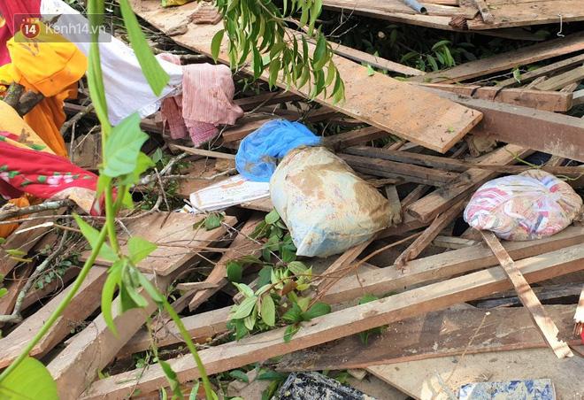 Vụ sạt lở vùi lấp cả ngôi làng ở Trà Leng: Cô giáo chết lặng nhặt từng tấm giấy khen lấm lem bùn đất của 4 học trò gặp nạn - Ảnh 2.