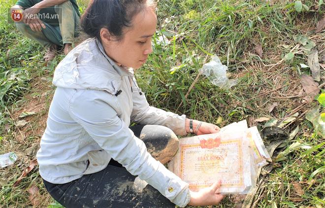 Vụ sạt lở vùi lấp cả ngôi làng ở Trà Leng: Cô giáo chết lặng nhặt từng tấm giấy khen lấm lem bùn đất của 4 học trò gặp nạn - Ảnh 1.