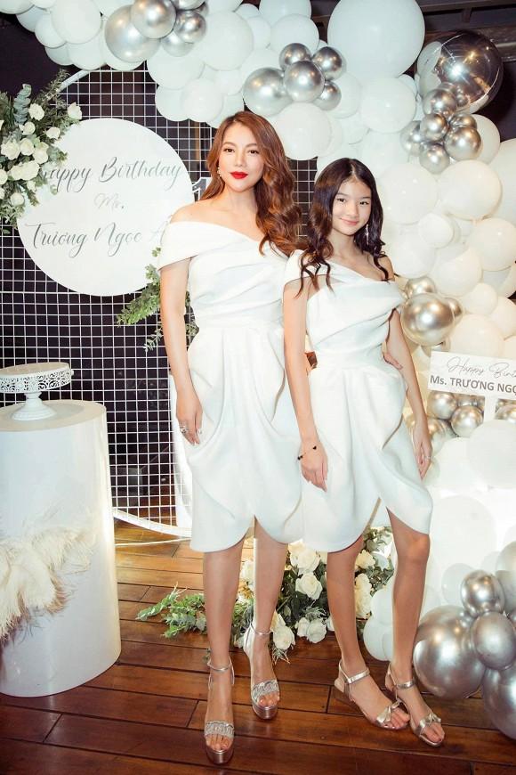 Nhã Phương gây choáng với vòng eo siêu nhỏ, Trương Ngọc Ánh diện đồ đôi cùng con gái trong sinh nhật - Ảnh 2.