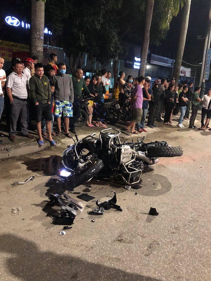 """Kinh hoàng: """"Siêu môtô"""" BMW chạy tốc độ """"xé gió"""" tông vào xe máy văng hàng chục mét, bốc cháy trên đường, hiện trường vụ tai nạn khiến nhiều người kinh hãi - Ảnh 3."""