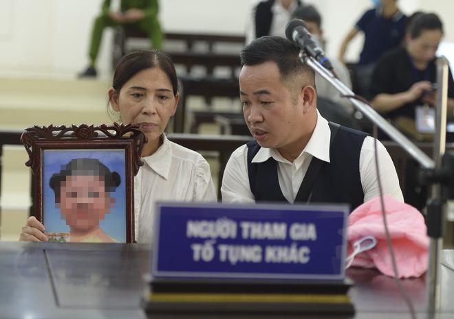Vụ mẹ đẻ, bố dượng bạo hành bé gái 3 tuổi: Mẹ già sốc khi nghe HĐXX tuyên con gái tù chung thân - Ảnh 7.