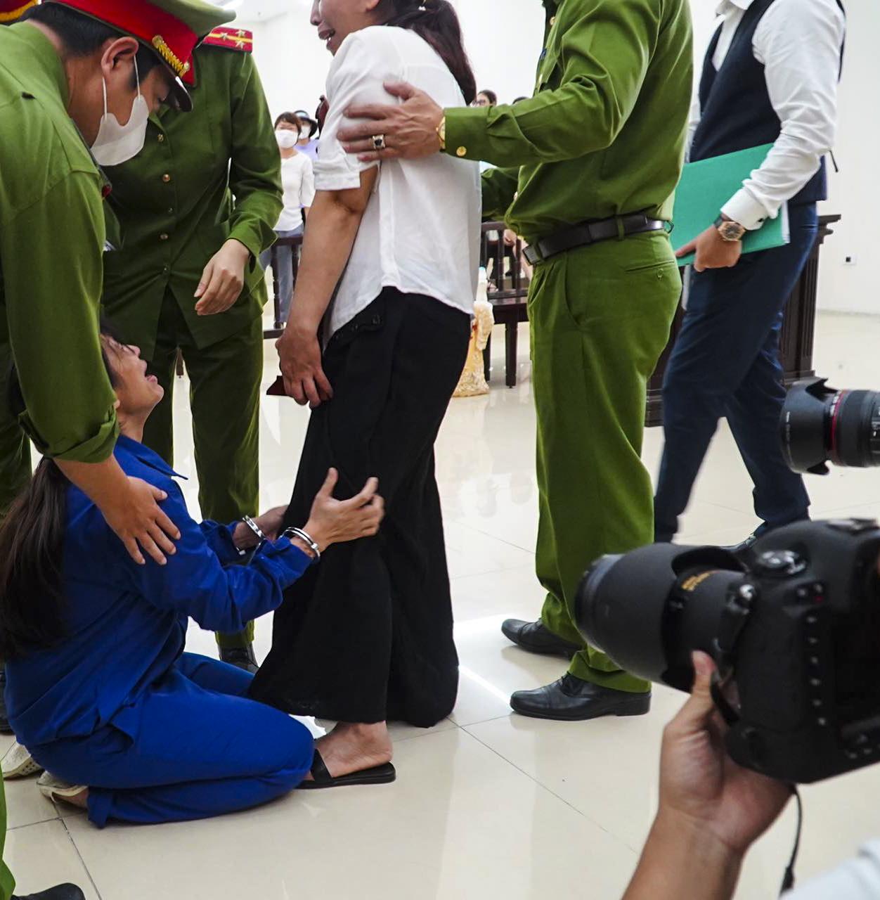 Vụ mẹ đẻ, bố dượng bạo hành bé gái 3 tuổi: Mẹ già sốc khi nghe HĐXX tuyên con gái tù chung thân - Ảnh 4.