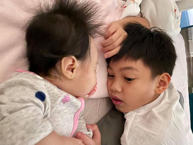 Hình ảnh đáng yêu của Subeo khi thay mẹ Hà Hồ bế em - Ảnh 3.