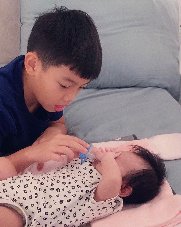 Hình ảnh đáng yêu của Subeo khi thay mẹ Hà Hồ bế em - Ảnh 4.