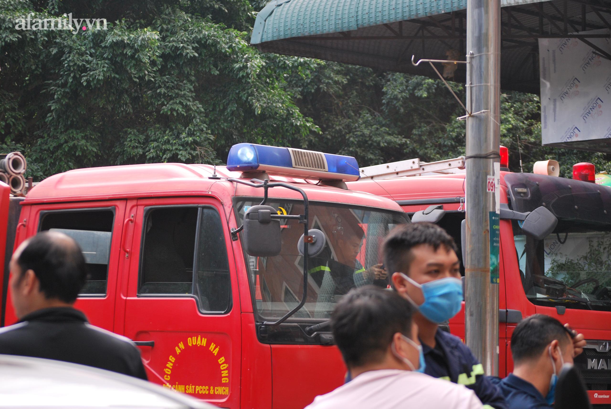 Hà Nội: Cháy lớn tại chung cư người dân hoảng loạn chạy từ tầng 13 xuống sân - Ảnh 4.