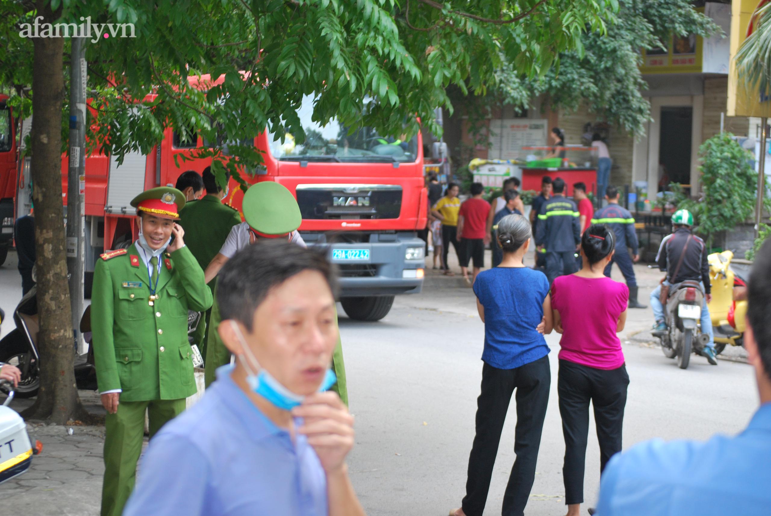 Hà Nội: Cháy lớn tại chung cư người dân hoảng loạn chạy từ tầng 13 xuống sân - Ảnh 3.