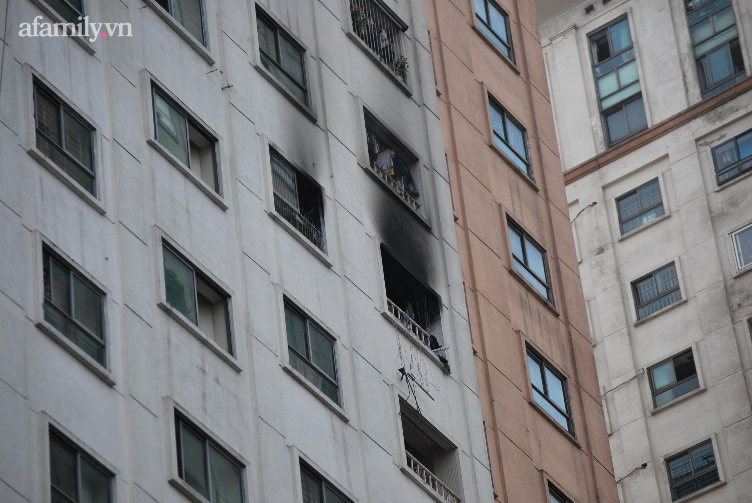 Hà Nội: Cháy lớn tại chung cư người dân hoảng loạn chạy từ tầng 13 xuống sân - Ảnh 2.