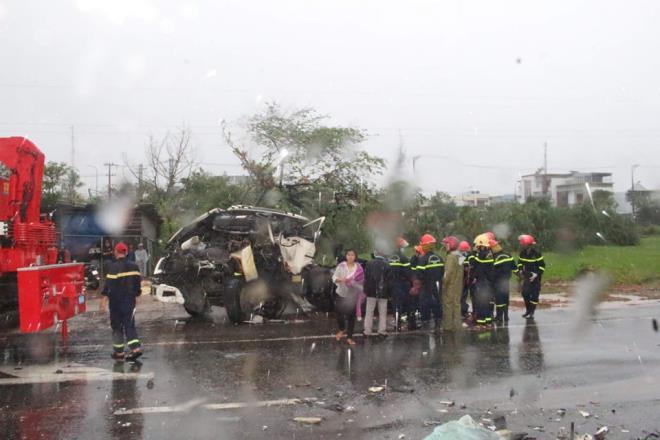 Tin TNGT ngày 29/11: Xe khách 16 chỗ bất ngờ tông vào đuôi xe đầu kéo, 8 người nhập viện - Ảnh 8.