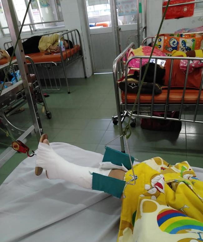 """Vụ bé trai 4 tuổi bị gãy chân ở lớp mầm non: Phòng GD-ĐT công bố nguyên nhân do """"cô giáo gác chân phải của bé lên cổ để dọa"""" - Ảnh 1."""