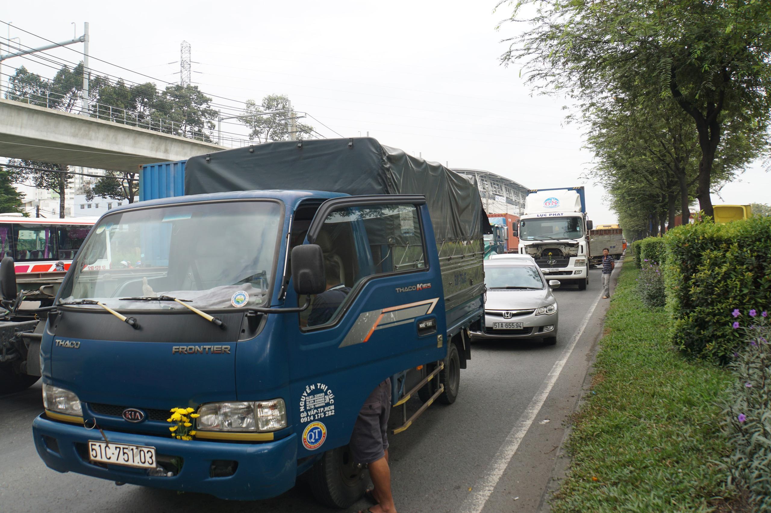 Ảnh: Kẹt xe từ sáng đến trưa ở phía Đông Sài Gòn, tài xế mở cửa xuống ngắm cảnh - Ảnh 3.
