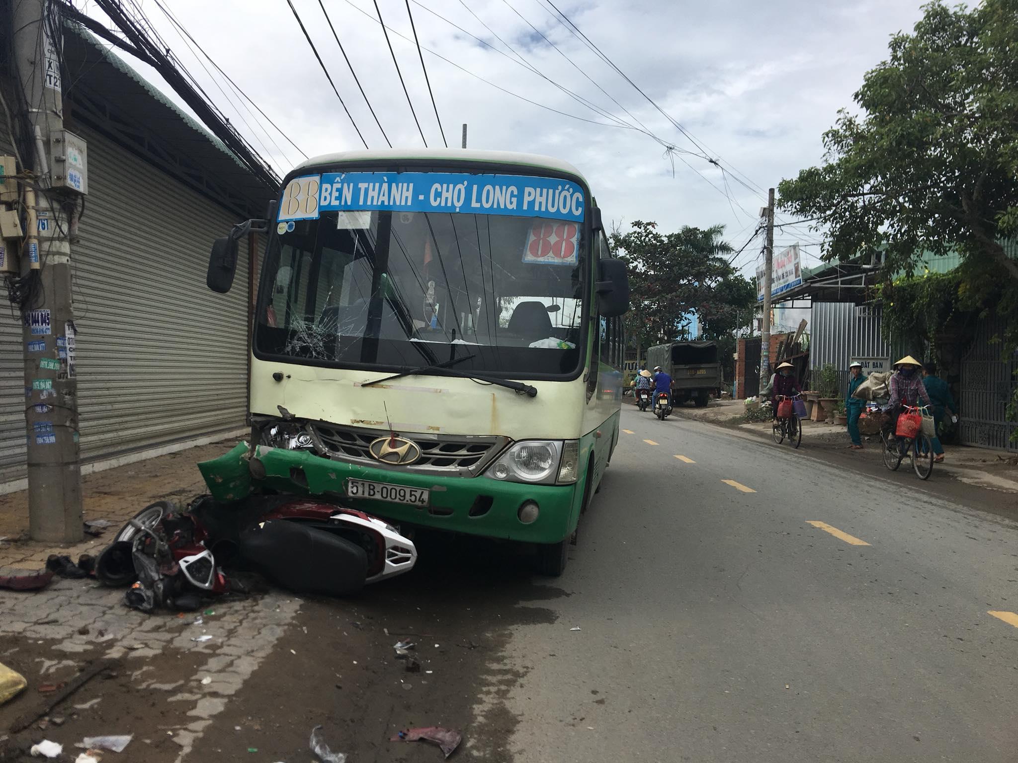 TP.HCM: Cụ ông chạy xe máy tông người đi bộ rồi lao vào đầu xe buýt bất tỉnh - Ảnh 1.
