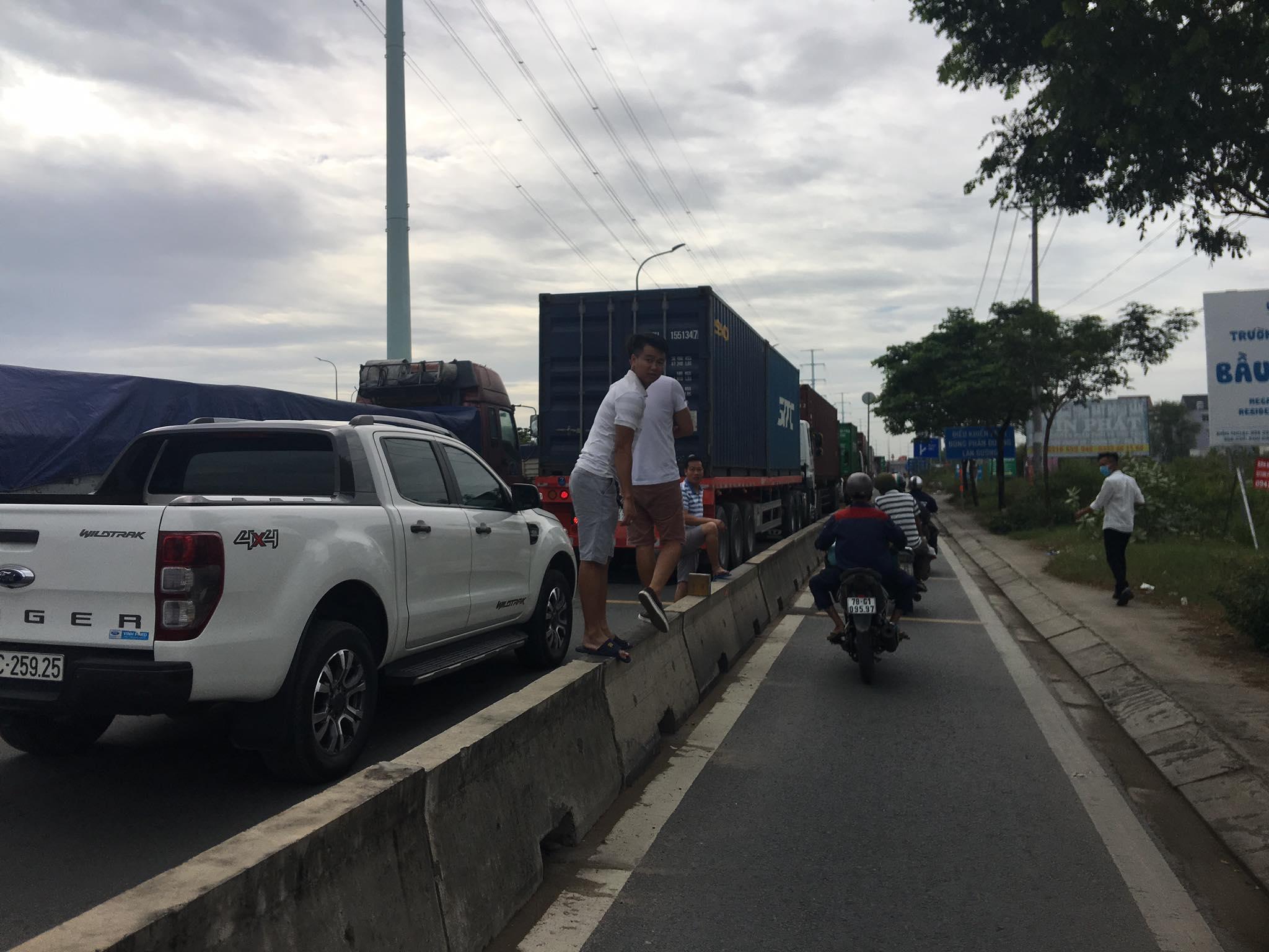 Ảnh: Kẹt xe từ sáng đến trưa ở phía Đông Sài Gòn, tài xế mở cửa xuống ngắm cảnh - Ảnh 4.