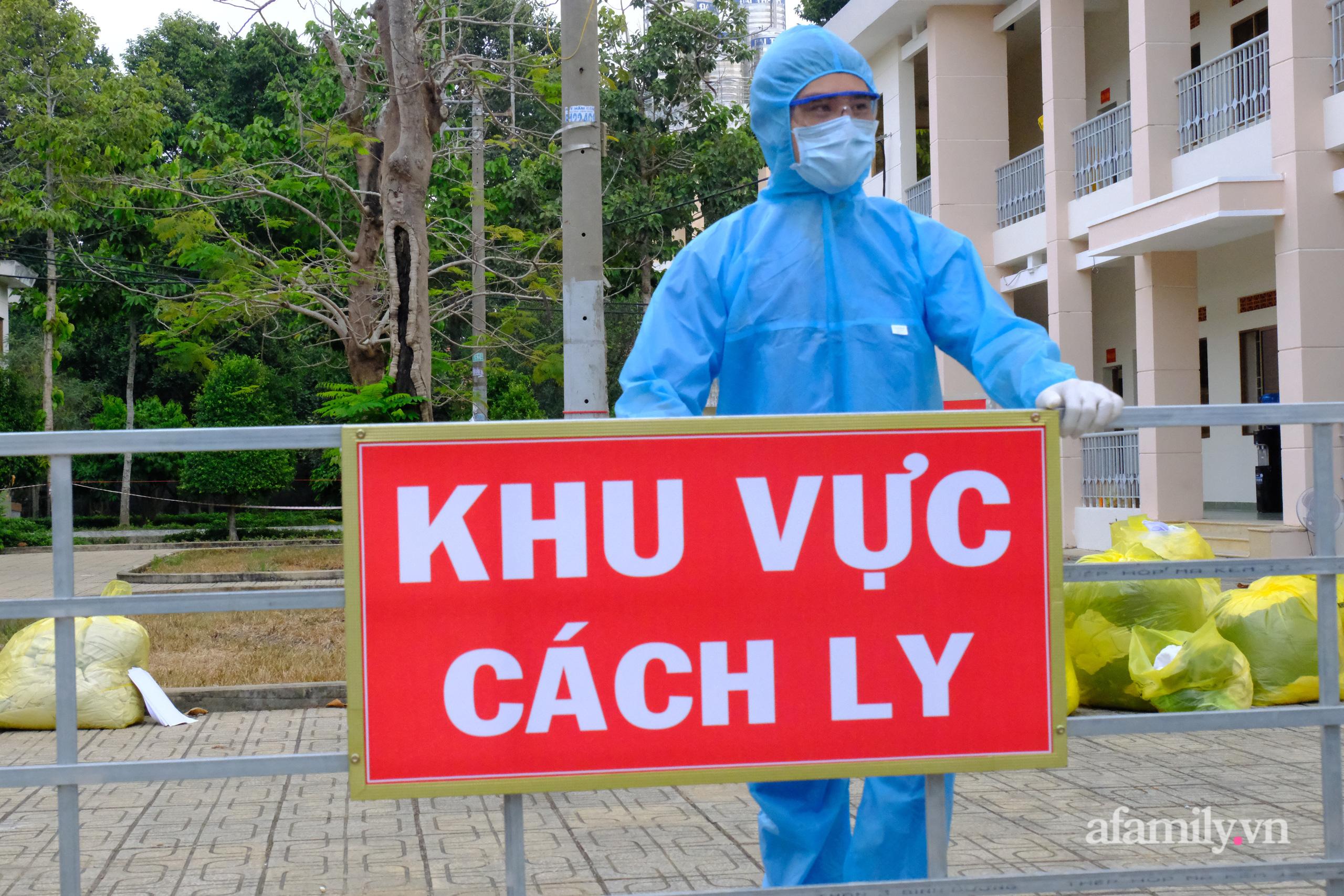 TP.HCM đóng cửa quán cà phê, karaoke, khu cách ly tiếp viên Vietnam Airlines liên quan đến 2 ca nhiễm COVID-19, tổ chức họp khẩn - Ảnh 1.