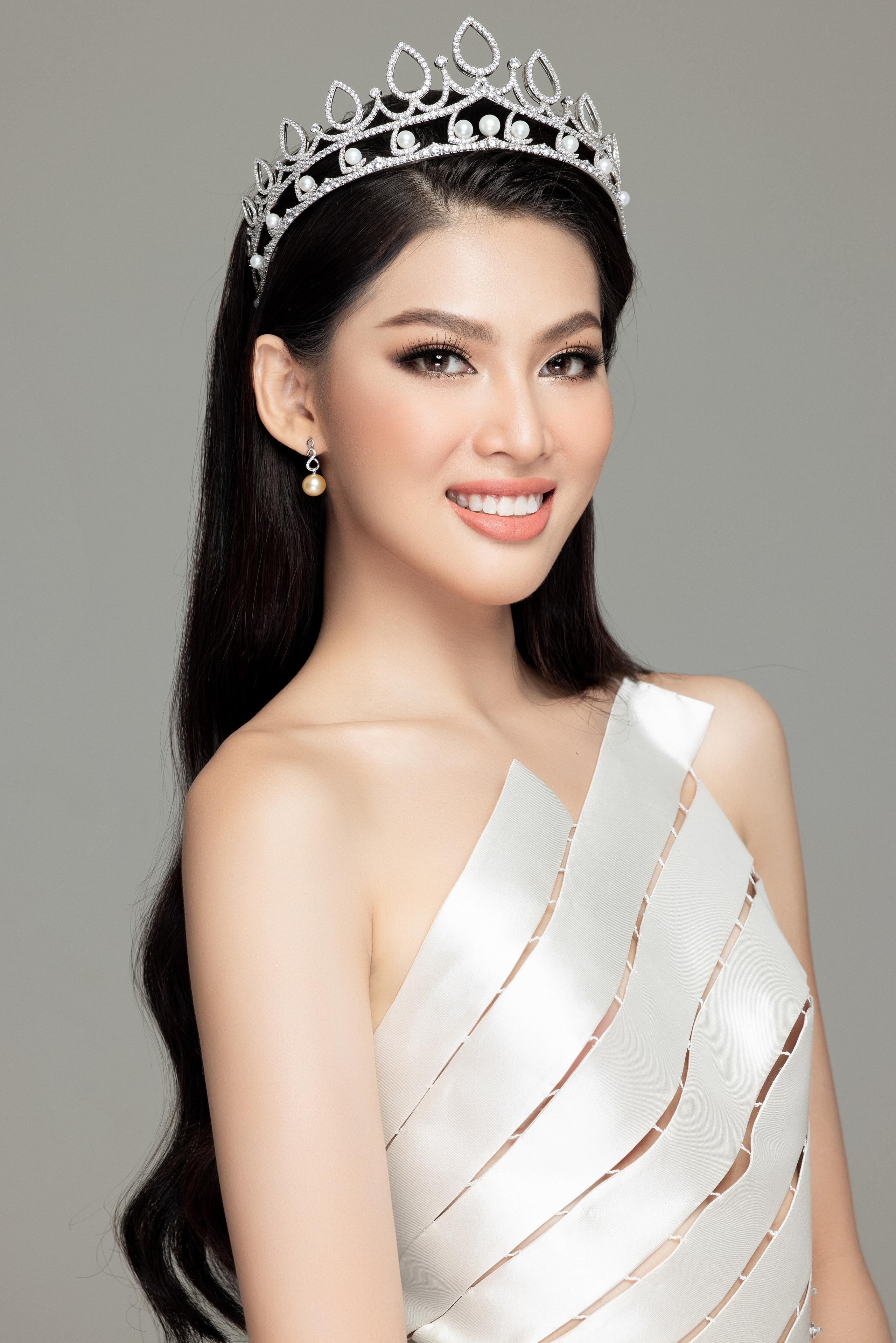 Soi nhan sắc Hoa hậu Đỗ Thị Hà và 2 Á hậu sau một tháng đăng quang - Ảnh 16.