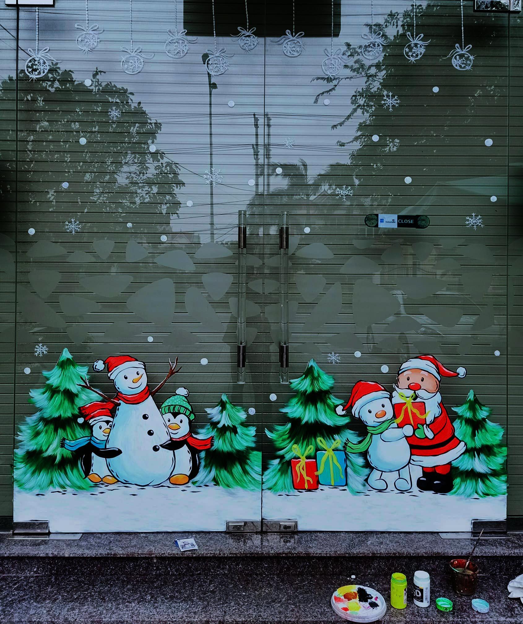 """Ông già Noel hân hoan bay trên cửa kính, """"xin"""" luôn chủ quán 2 triệu đồng - Ảnh 3."""