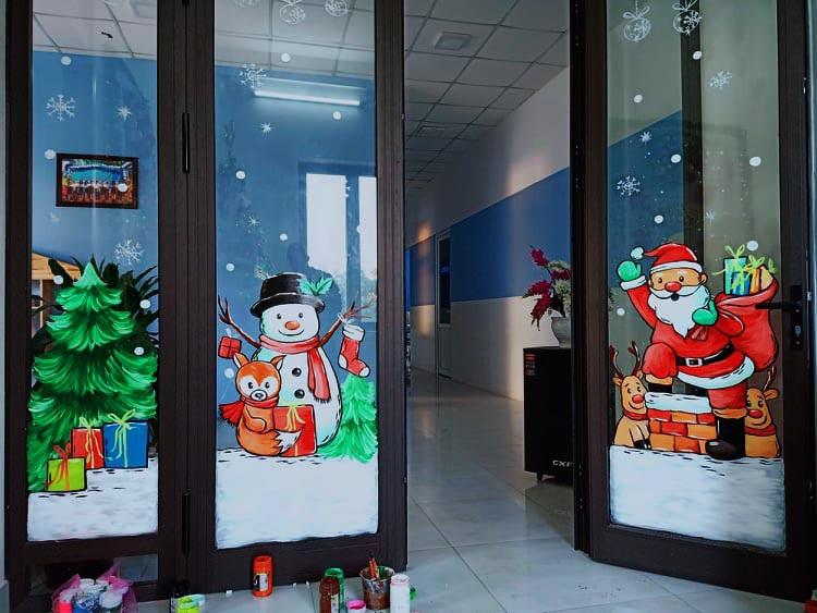 """Ông già Noel hân hoan bay trên cửa kính, """"xin"""" luôn chủ quán 2 triệu đồng - Ảnh 4."""