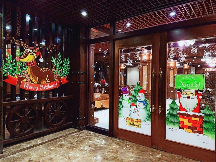 """Ông già Noel hân hoan bay trên cửa kính, """"xin"""" luôn chủ quán 2 triệu đồng - Ảnh 1."""