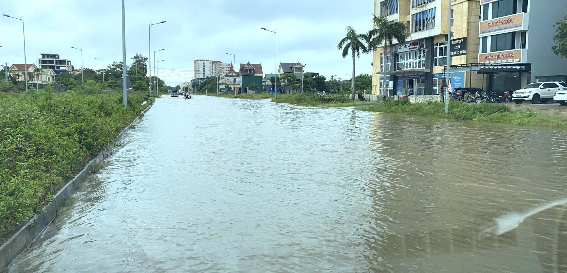 Sau bão, nhiều hộ dân vẫn bị cô lập trong biển nước, cột viễn thông cao cả trăm mét bị xô đổ - Ảnh 3.