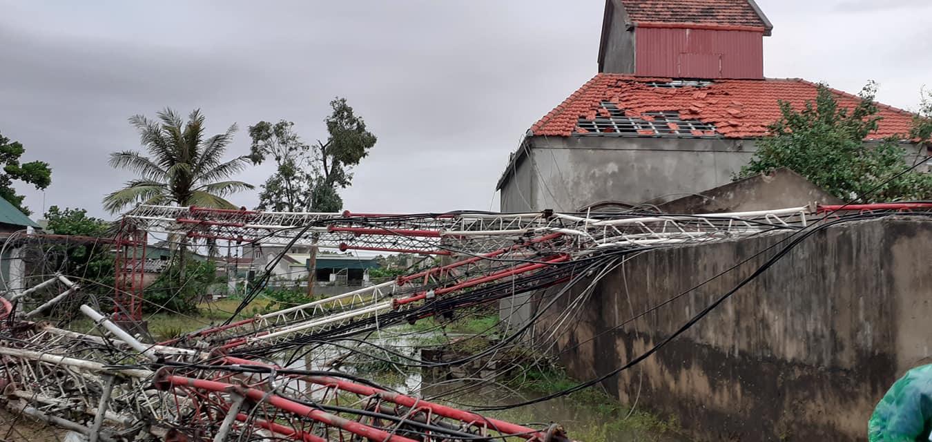 Sau bão, nhiều hộ dân vẫn bị cô lập trong biển nước, cột viễn thông cao cả trăm mét bị xô đổ - Ảnh 7.