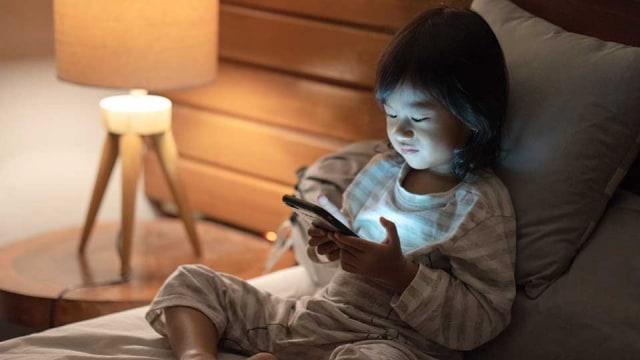 Ngoài việc gây cận thị, những đứa trẻ xem điện thoại hơn 2 giờ/ngày còn vướng phải nhiều vấn đề nghiêm trọng khác - Ảnh 3.