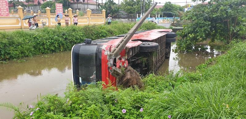 Va chạm với xe container, 2 thanh niên đi xe máy tử vong thương tâm  - Ảnh 3.