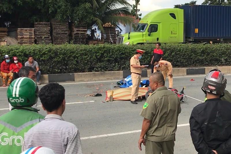 Va chạm với xe container, 2 thanh niên đi xe máy tử vong thương tâm  - Ảnh 1.