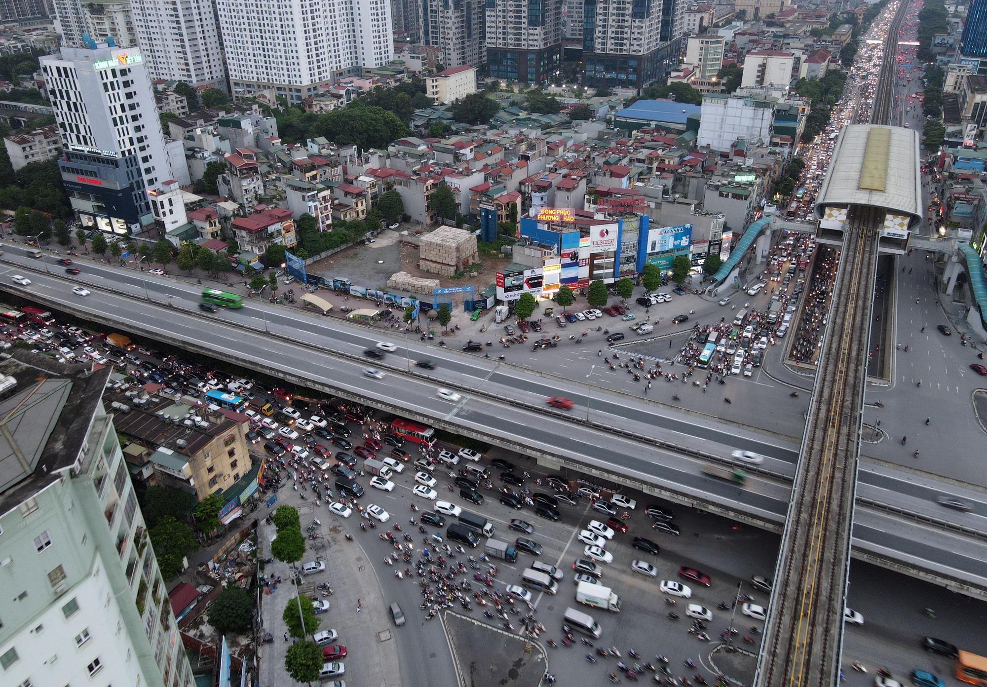 Nhiều tuyến đường Hà Nội ùn tắc do cơn giông đang kéo đến - Ảnh 1.