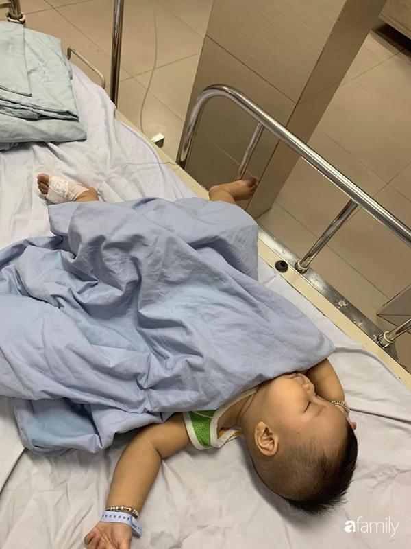 Ngay sau khi được bố bế lên lắc lắc chơi đùa, bé trai bị nôn ói phải đi viện cấp cứu gấp vì lồng ruột - Ảnh 1.