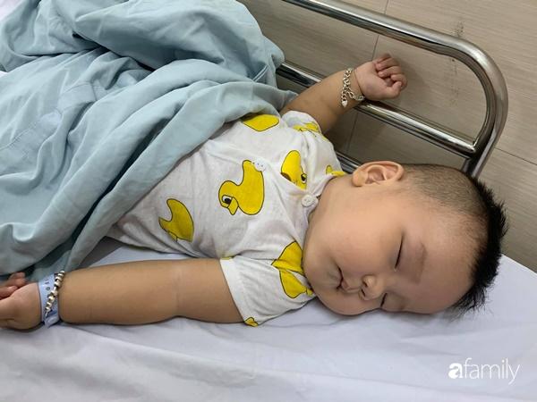 Ngay sau khi được bố bế lên lắc lắc chơi đùa, bé trai bị nôn ói phải đi viện cấp cứu gấp vì lồng ruột - Ảnh 4.