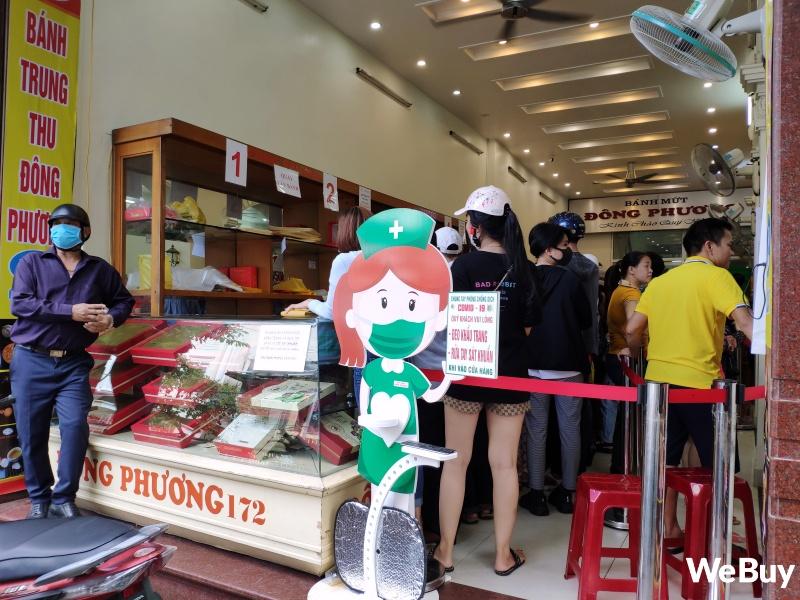 Tiệm bánh Trung thu nổi tiếng ở Hải Phòng chen chúc người mua như thời bao cấp, đông đến mức phải có công an dẹp đường - Ảnh 4.
