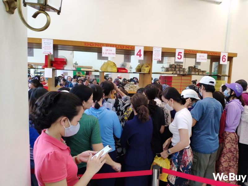 Tiệm bánh Trung thu nổi tiếng ở Hải Phòng chen chúc người mua như thời bao cấp, đông đến mức phải có công an dẹp đường - Ảnh 3.