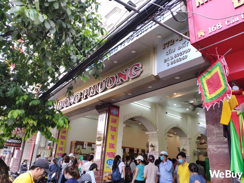 Tiệm bánh Trung thu nổi tiếng ở Hải Phòng chen chúc người mua như thời bao cấp, đông đến mức phải có công an dẹp đường - Ảnh 1.