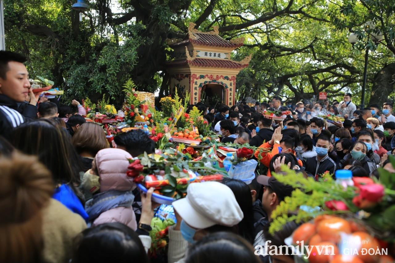 Ngày mồng 01 tháng cuối cùng của năm, dân công sở tranh thủ giờ nghỉ trưa kéo nhau đi lễ - Ảnh 3.