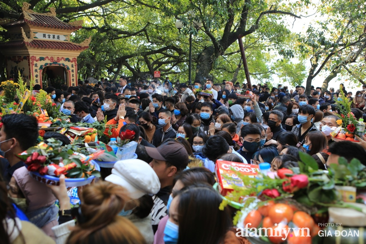 Ngày mồng 01 tháng cuối cùng của năm, dân công sở tranh thủ giờ nghỉ trưa kéo nhau đi lễ - Ảnh 4.