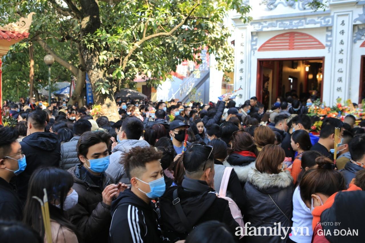Ngày mồng 01 tháng cuối cùng của năm, dân công sở tranh thủ giờ nghỉ trưa kéo nhau đi lễ - Ảnh 2.