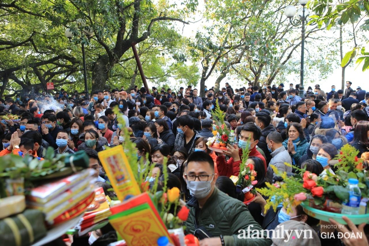 Ngày mồng 01 tháng cuối cùng của năm, dân công sở tranh thủ giờ nghỉ trưa kéo nhau đi lễ - Ảnh 1.