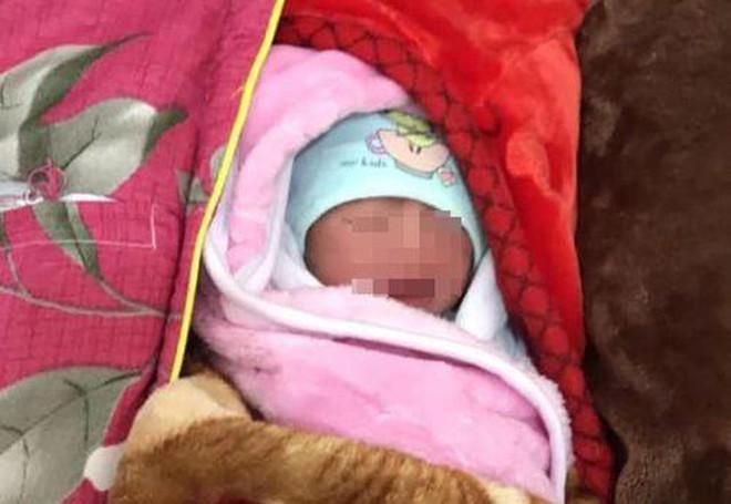 Nghệ An: Bé trai 2 ngày tuổi bị bỏ rơi trong đêm giá lạnh - Ảnh 1.