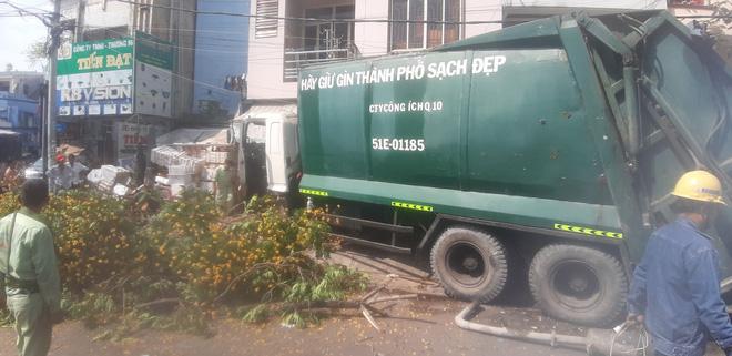 """TP.HCM: Xe rác mất lái, tài xế gào thét """"mọi người tránh ra"""" rồi tông gãy cây xanh mới dừng lại - Ảnh 2."""