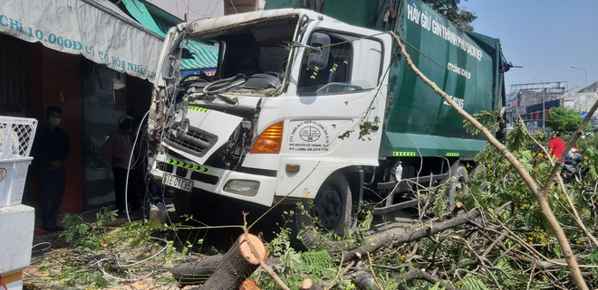 """TP.HCM: Xe rác mất lái, tài xế gào thét """"mọi người tránh ra"""" rồi tông gãy cây xanh mới dừng lại - Ảnh 3."""