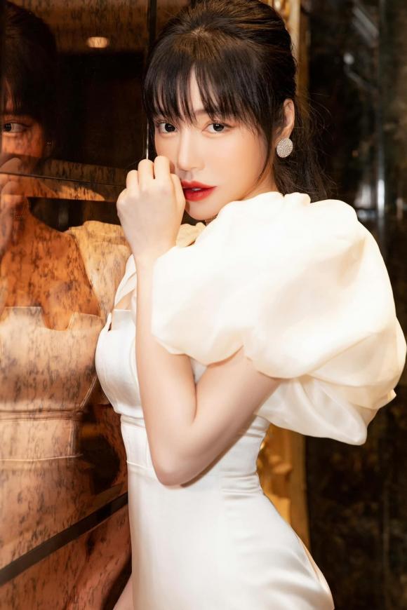 Kiều Loan gây sốt với hình tượng gợi cảm, Ông Cao Thắng hạnh phúc đón tuổi mới bên bà xã - Ảnh 4.