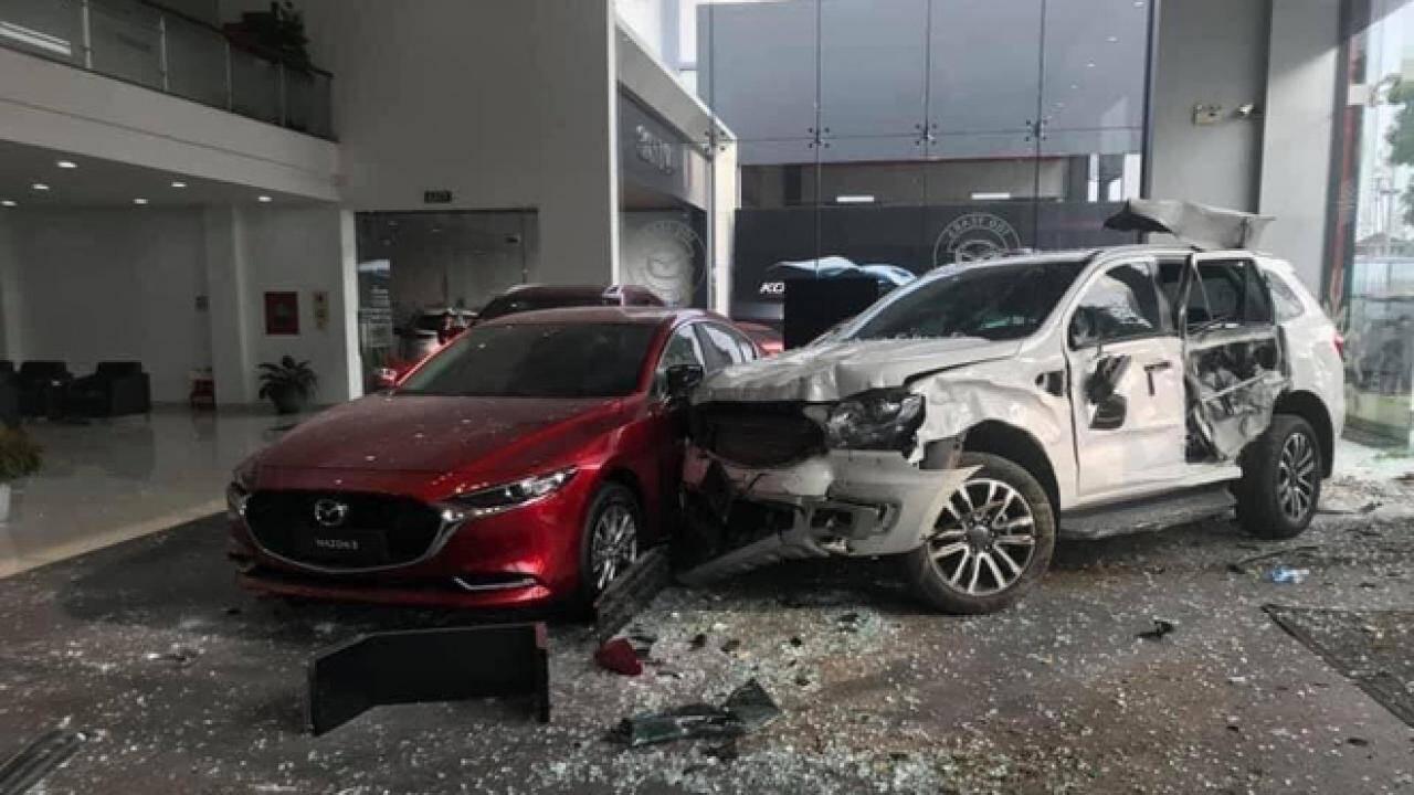 Khởi tố nữ tài xế đạp nhầm chân ga lao thẳng vào showroom Mazda tông chết 1 người đàn ông ở Phú Thọ - Ảnh 1.
