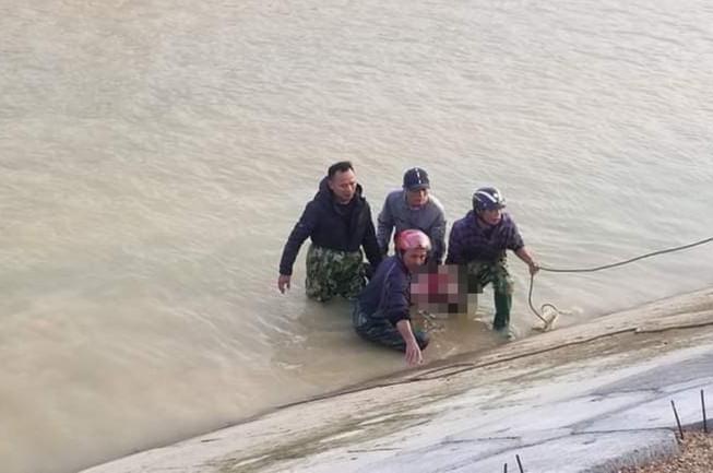 Ám ảnh những vết cào cấu trên bờ đê của cậu bé lớp 3 khi cố thoát khỏi dòng nước dữ - Ảnh 3.