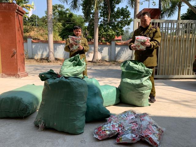 Lạng Sơn: Phát hiện, ngăn chặn gần 9000 chiếc chân gà thành phần nhập lậu đang trên đường đưa đi tiêu thụ - Ảnh 1.