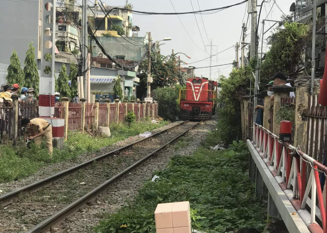 TP.HCM: Cố vượt qua rào chắn tàu hỏa đã đóng, nam shipper bị tông văng xuống đường ray - Ảnh 1.