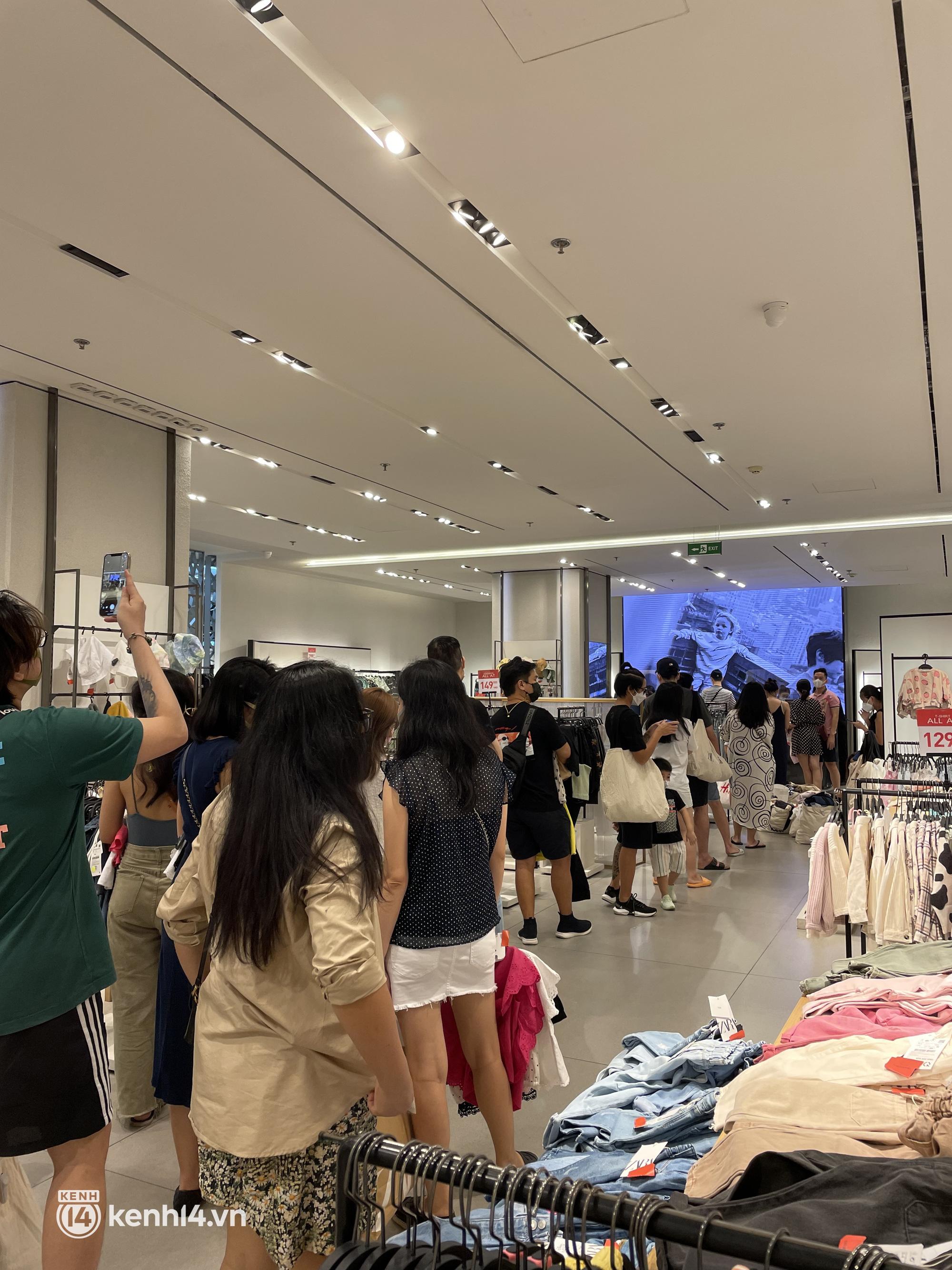 Sài Gòn: Dân tình mua sắm phục thù, xếp hàng dài mua cả bao tải đồ sale, có người chờ không nổi đành bỏ ngang ra về - Ảnh 3.