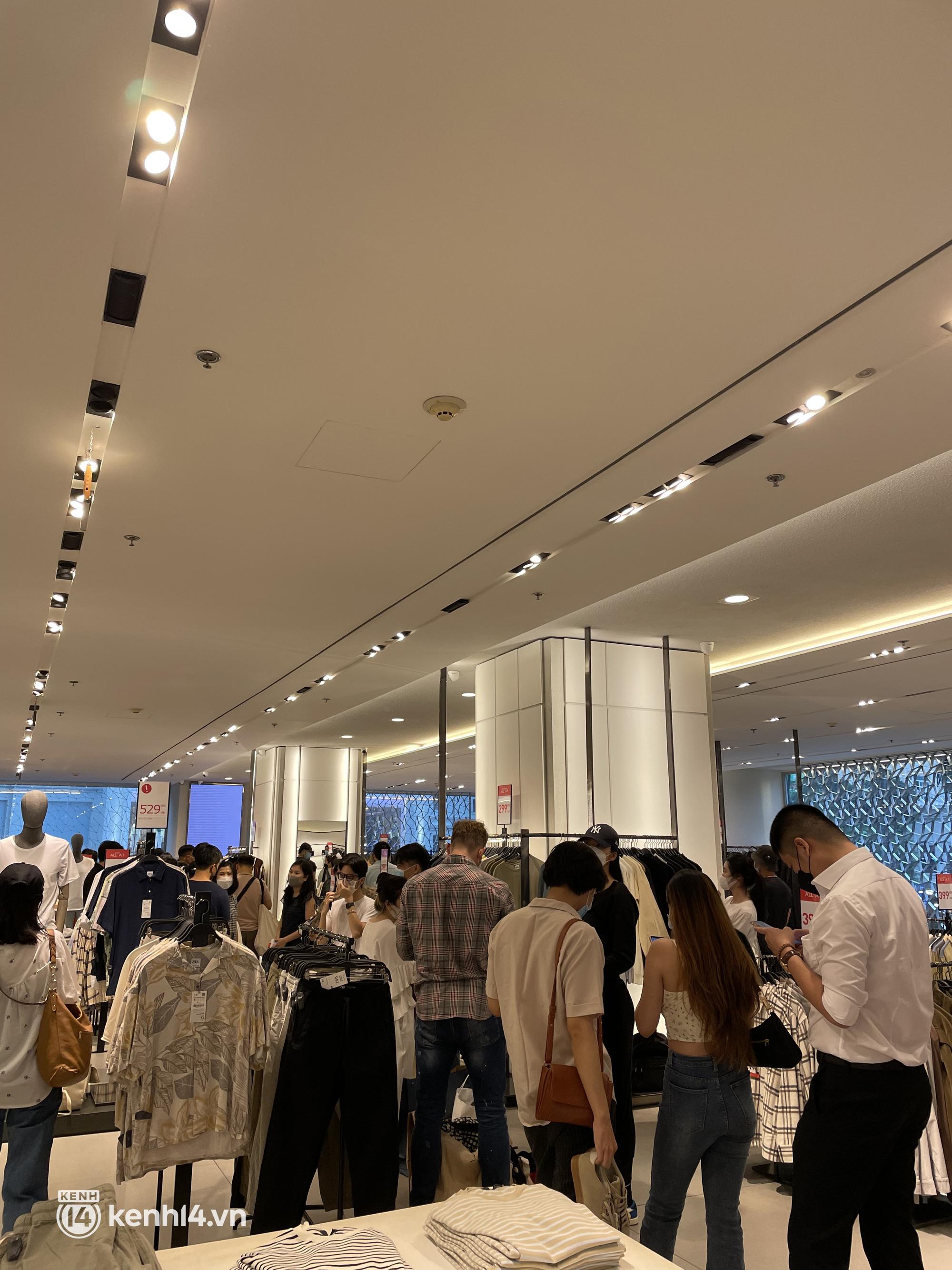 Sài Gòn: Dân tình mua sắm phục thù, xếp hàng dài mua cả bao tải đồ sale, có người chờ không nổi đành bỏ ngang ra về - Ảnh 2.