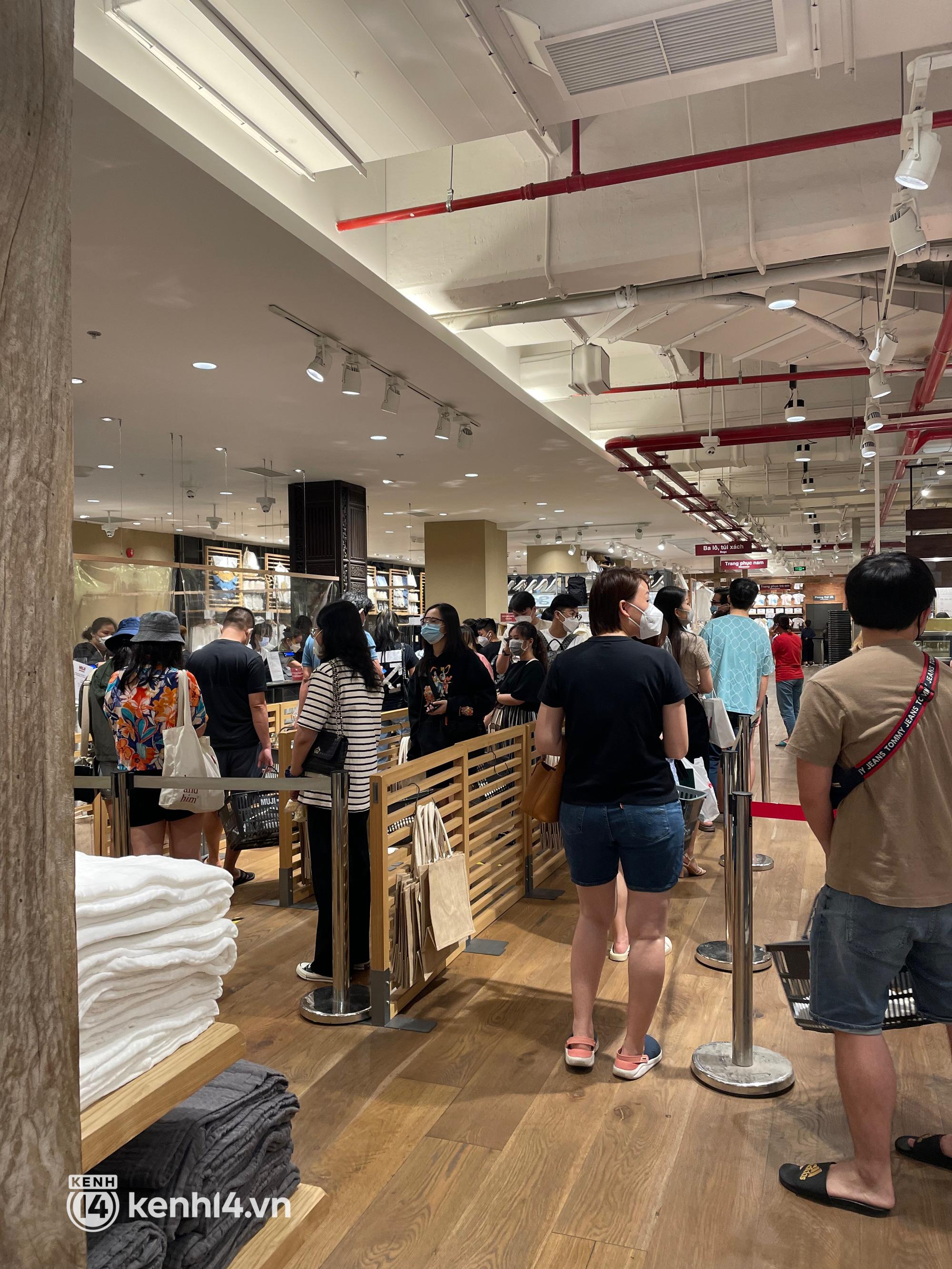 Sài Gòn: Dân tình mua sắm phục thù, xếp hàng dài mua cả bao tải đồ sale, có người chờ không nổi đành bỏ ngang ra về - Ảnh 8.