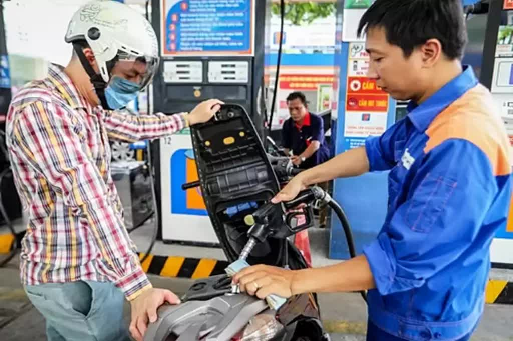 Giá xăng tăng mạnh, lên sát 23.000 đồng/lít - Ảnh 1.
