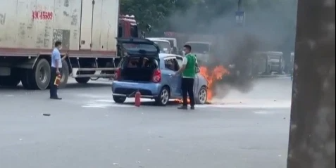 Kinh hãi cảnh ô tô đang chạy bỗng bốc cháy dữ dội, tài xế bung cửa lao ra ngoài thoát thân - Ảnh 2.